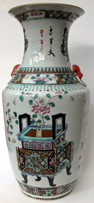 Vase à décor antique polychrome